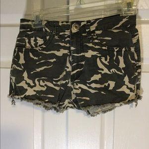 Green camo shorts w / skull zipper detail on sides